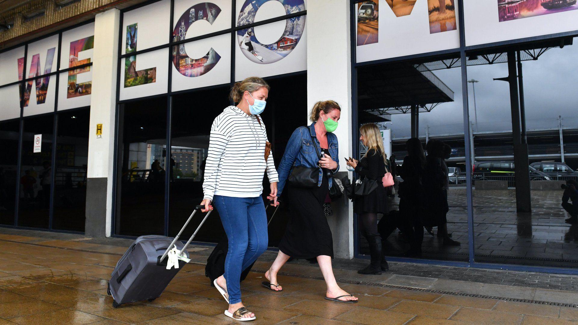 Maszkos utazók a manchesteri repülőtéren