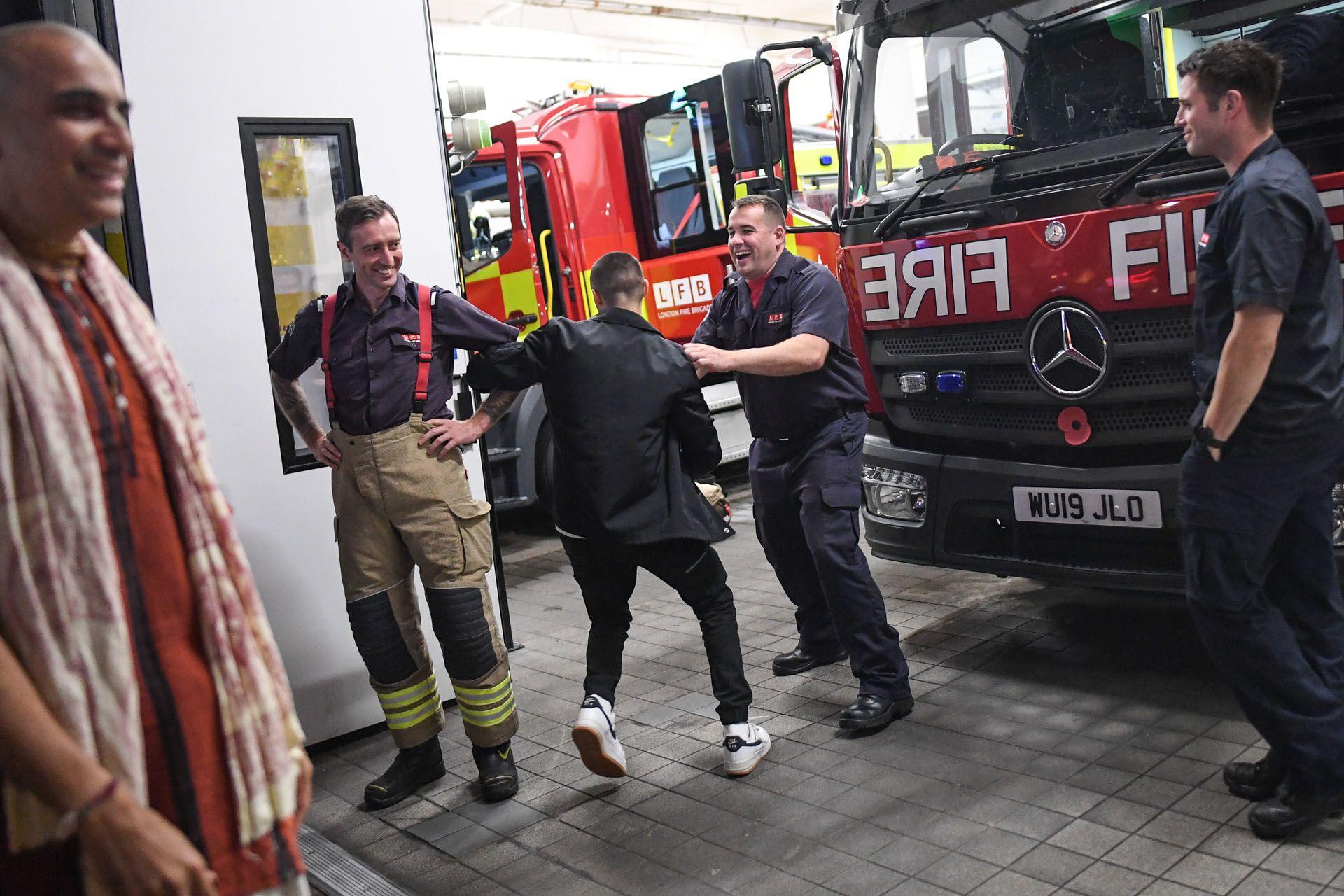 """Egy bulizó a tűzoltókat is megtáncoltatja Londonban, a """"rule of six"""" előtti estén (Fotó: Peter Summers/Getty Images)"""