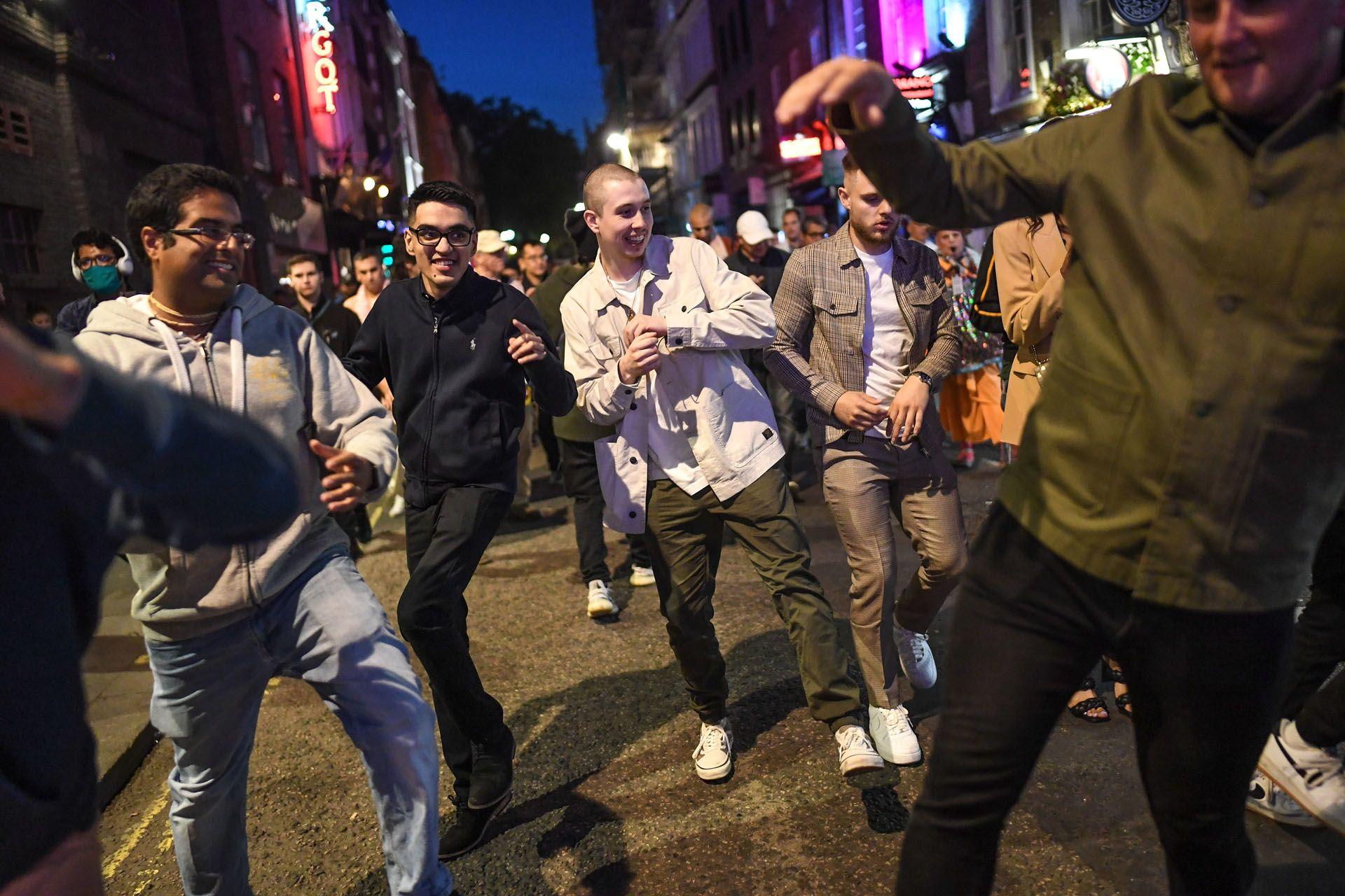 """Party a Sohoban a """"rule of six"""" életbe lépése előtti estén (Fotó: Peter Summers/Getty Images)"""