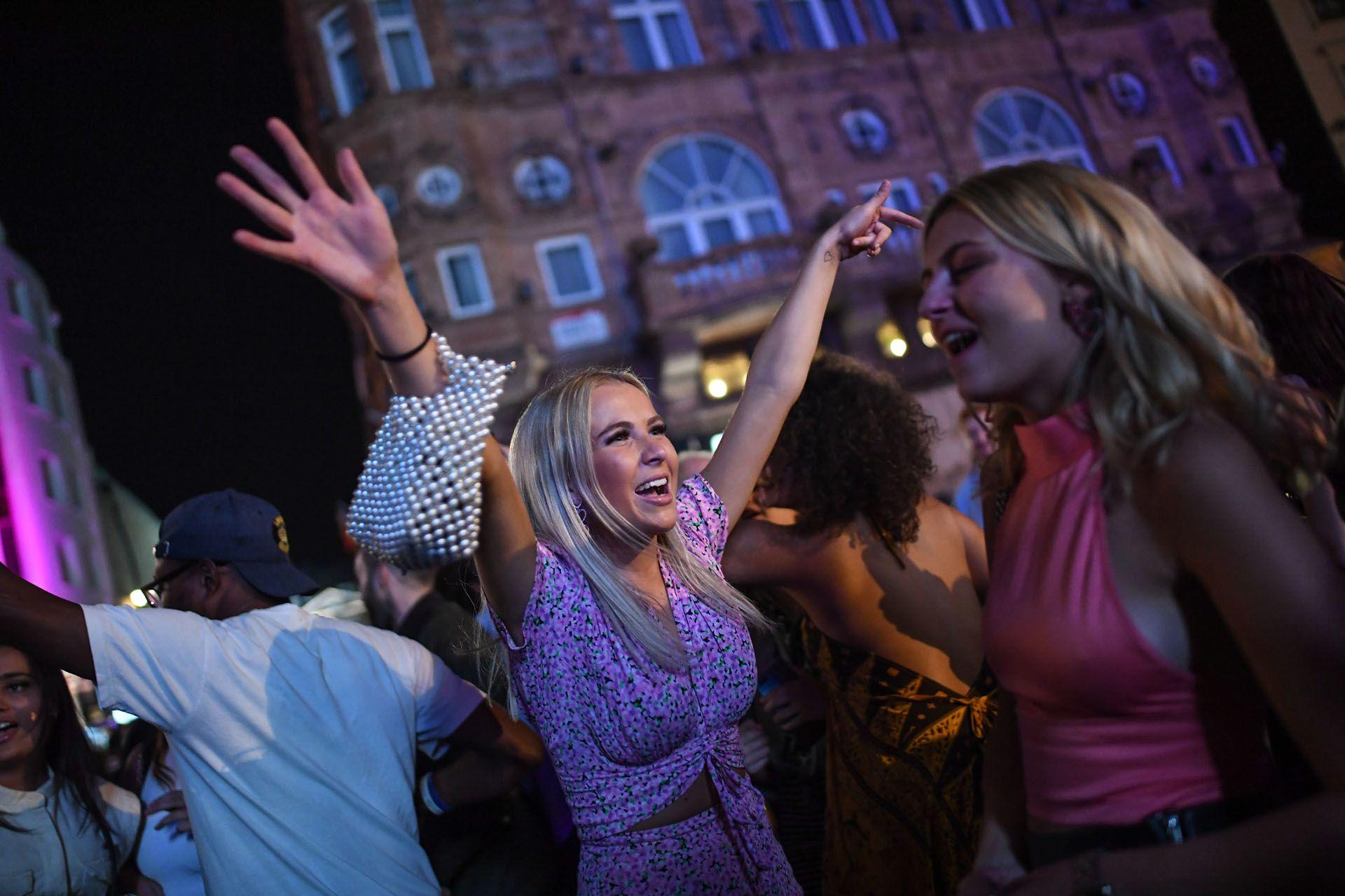 Táncoló tömeg a Leicester Square-en Londonban, egy nappal a korlátozó intézkedések bevezetése előtt (Fotó: Peter Summers/Getty Images)