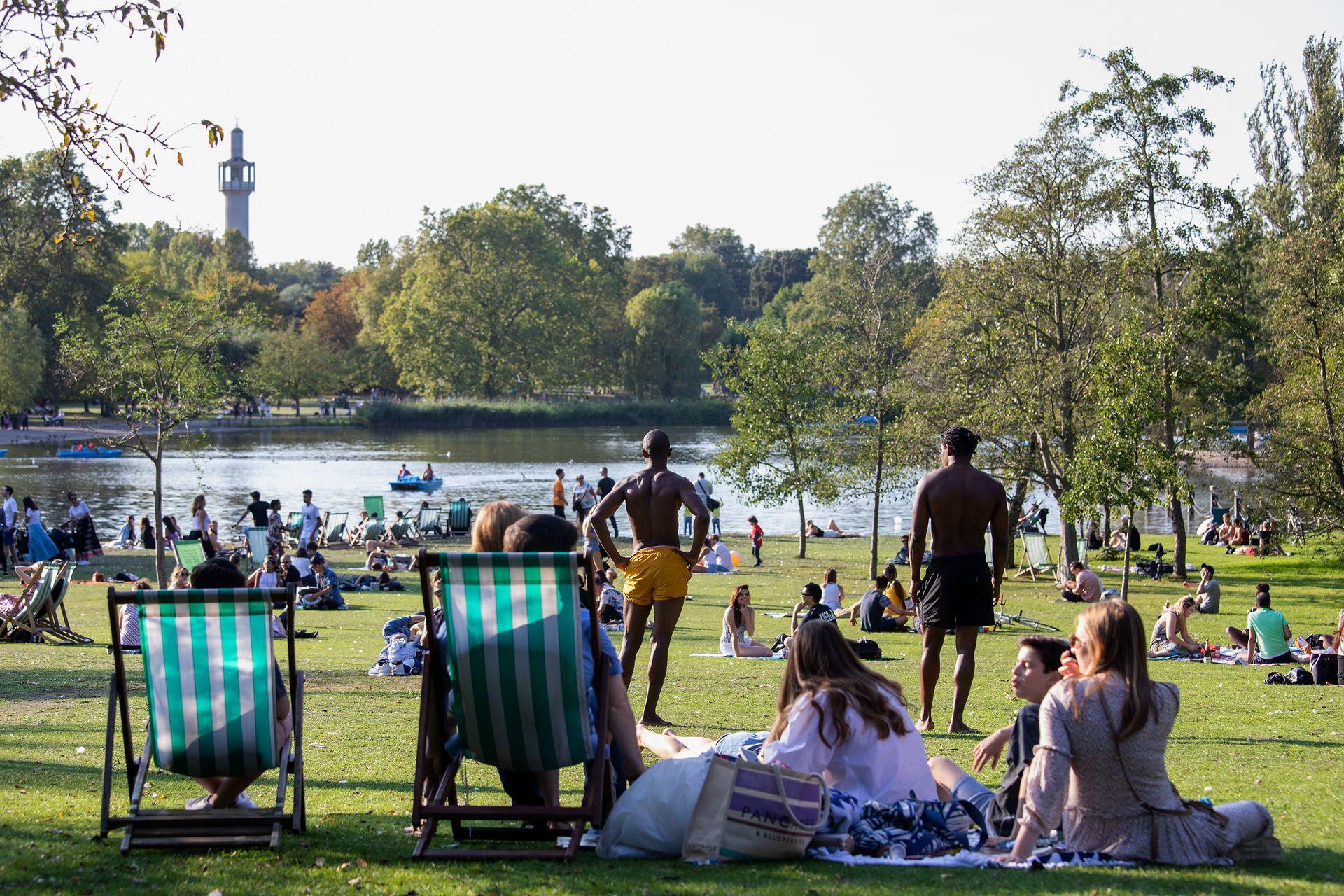 A londoniak a Regents Parkban élvezték az utolsó korlátozás mentes napot (Fotó: Jo Hale/Getty Images)