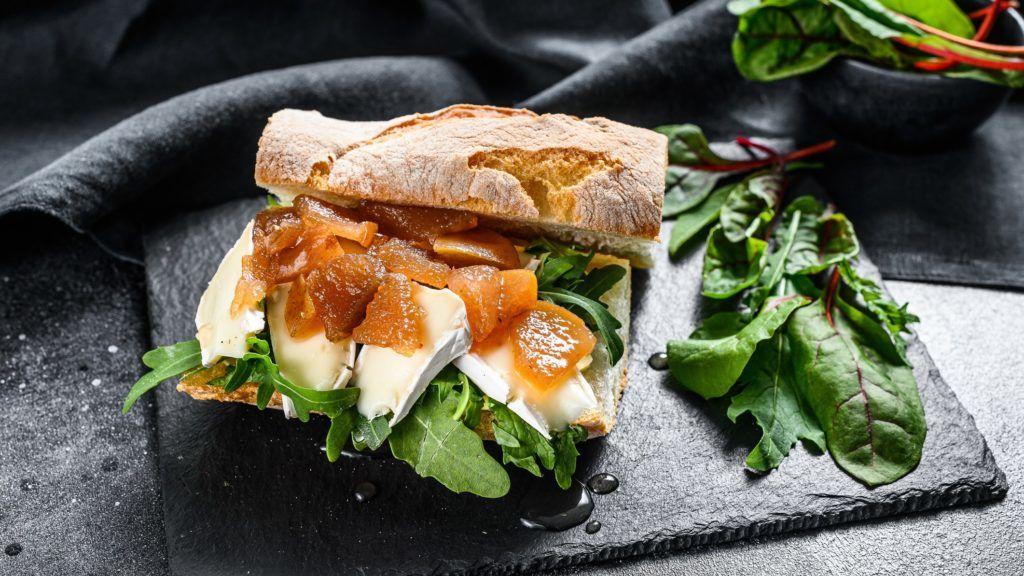 Brie sajtos szendvics karamellizált körtével, mángolddal