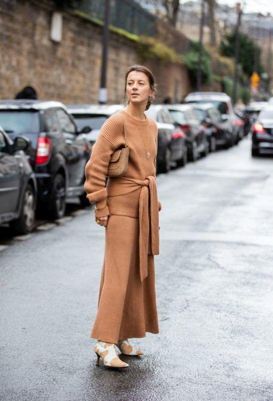 kötött pulóver és szoknya street style