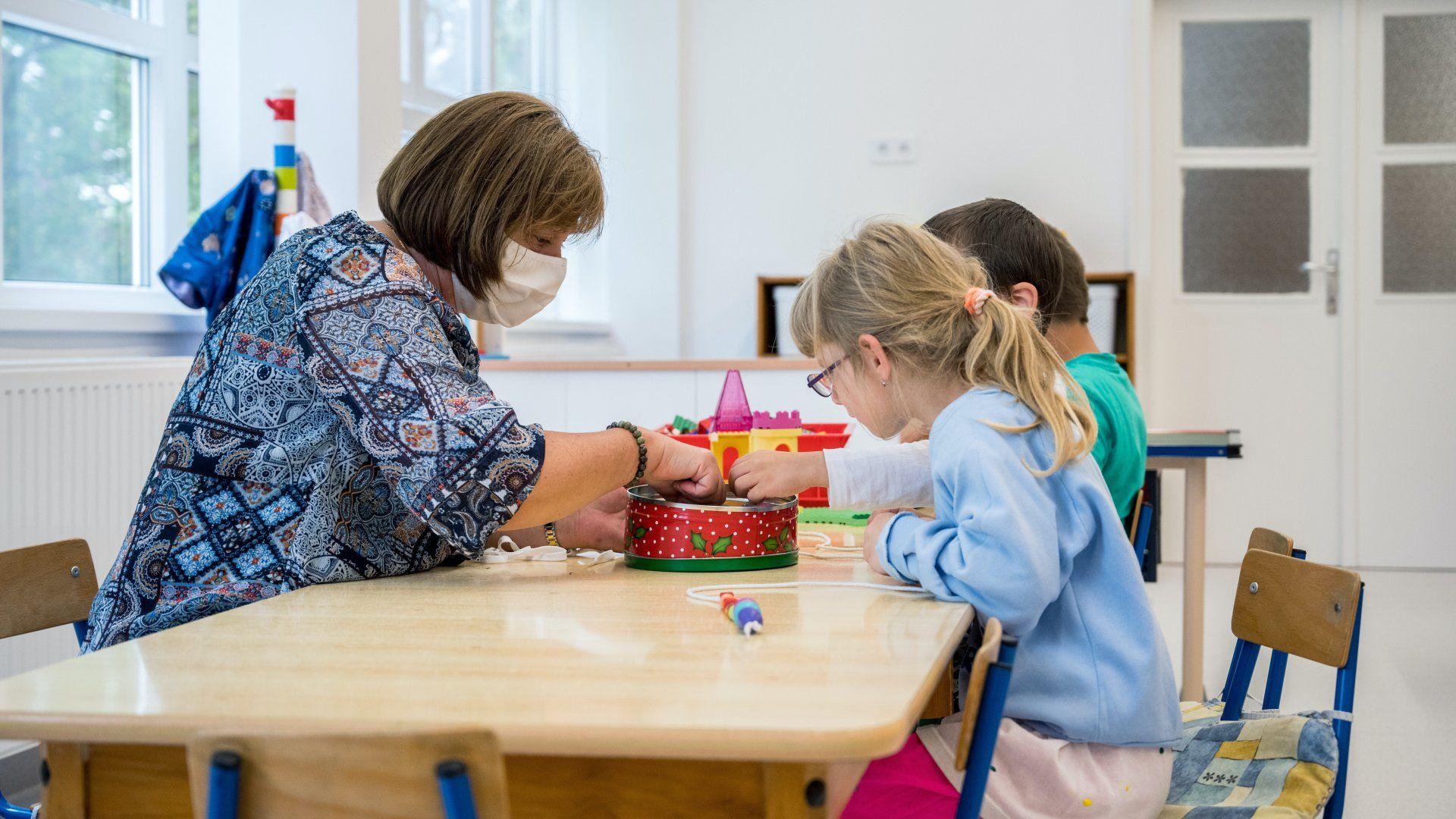 Gyerekek az óvodában a koronavírus-járvány idején