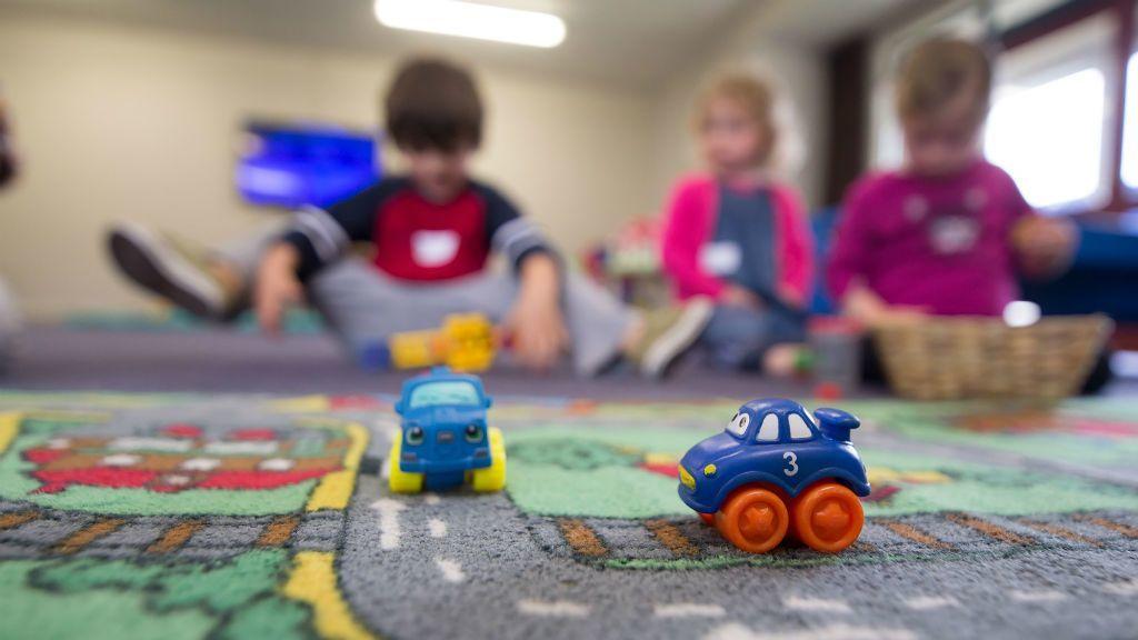 Gyerekek játszanak egy óvodában