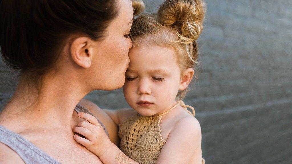 Ölelés anya és lánya között (fotó: Pixabay)