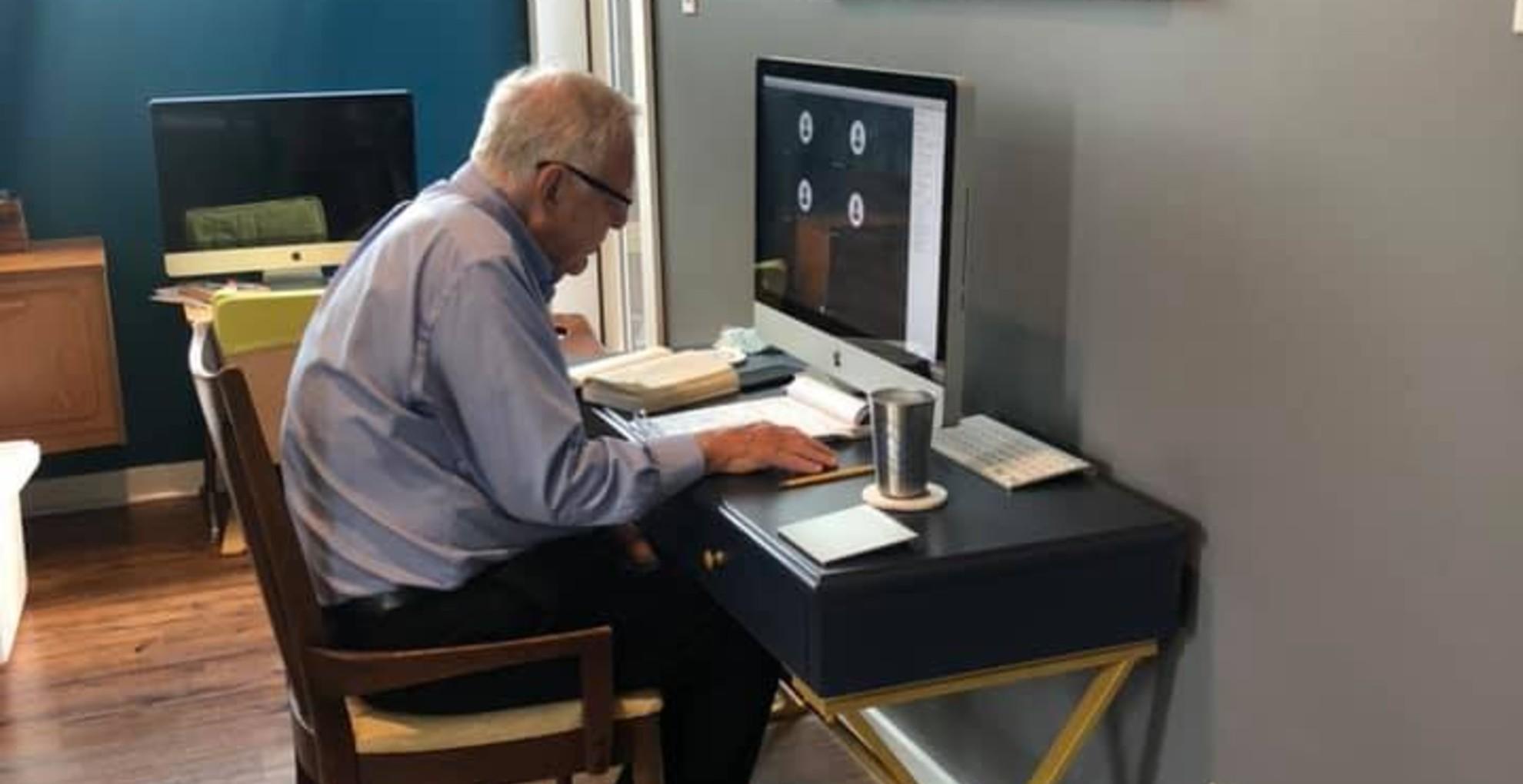 Netes hős lett a 91 éves professzor, aki online tanít