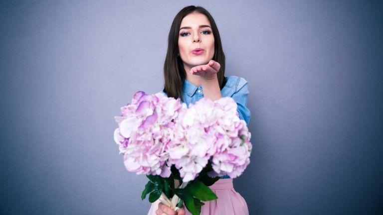 A virág univerzális ajándék. Férfiak és nők egyformán szeretik. (fotó: profimedia.hu)
