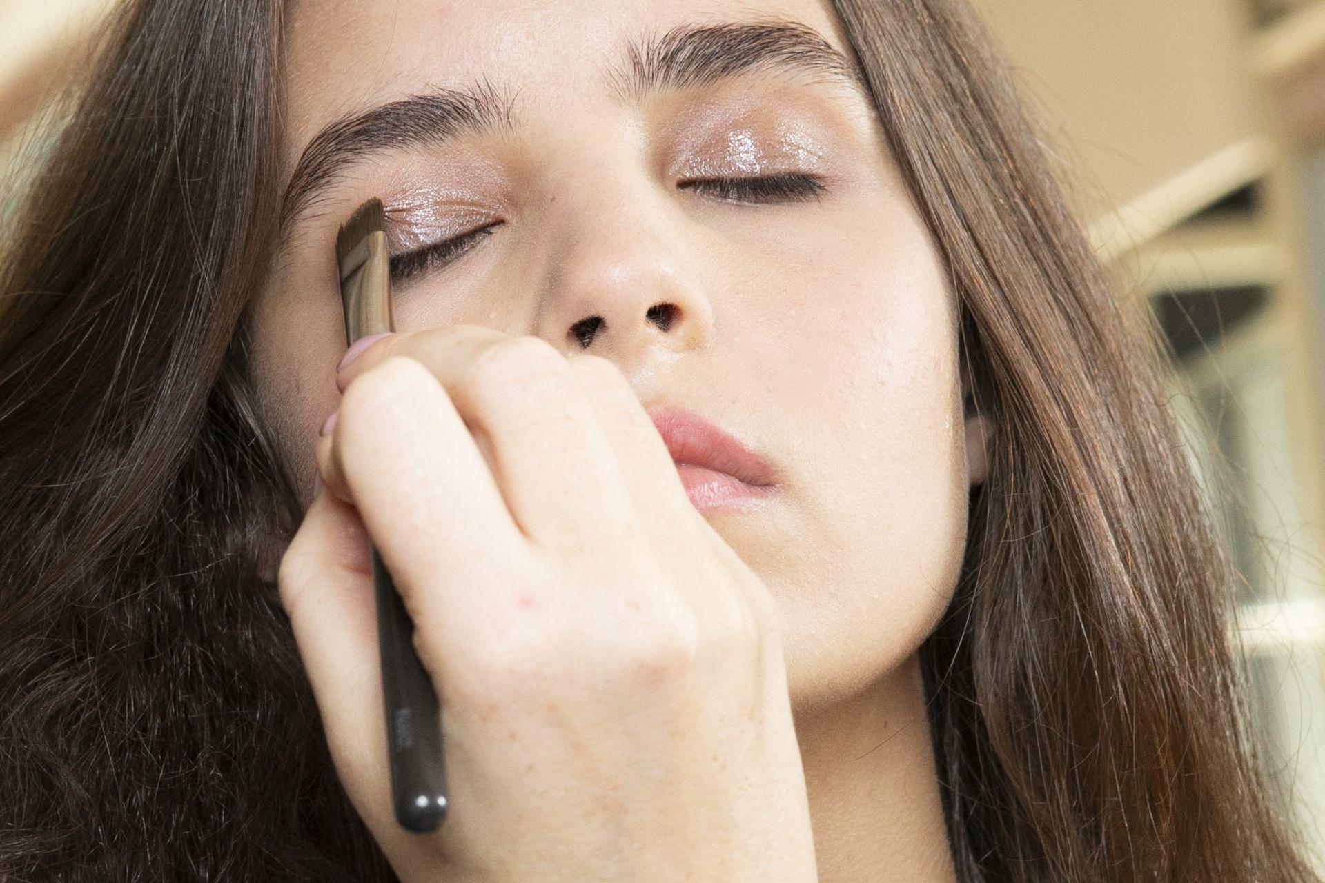 Fénylő szemsminknél érdemes szemhéj primerrel kezdeni a sminkelést.