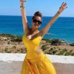 Salma Hayek sárga fürdőruhában ünnepelt