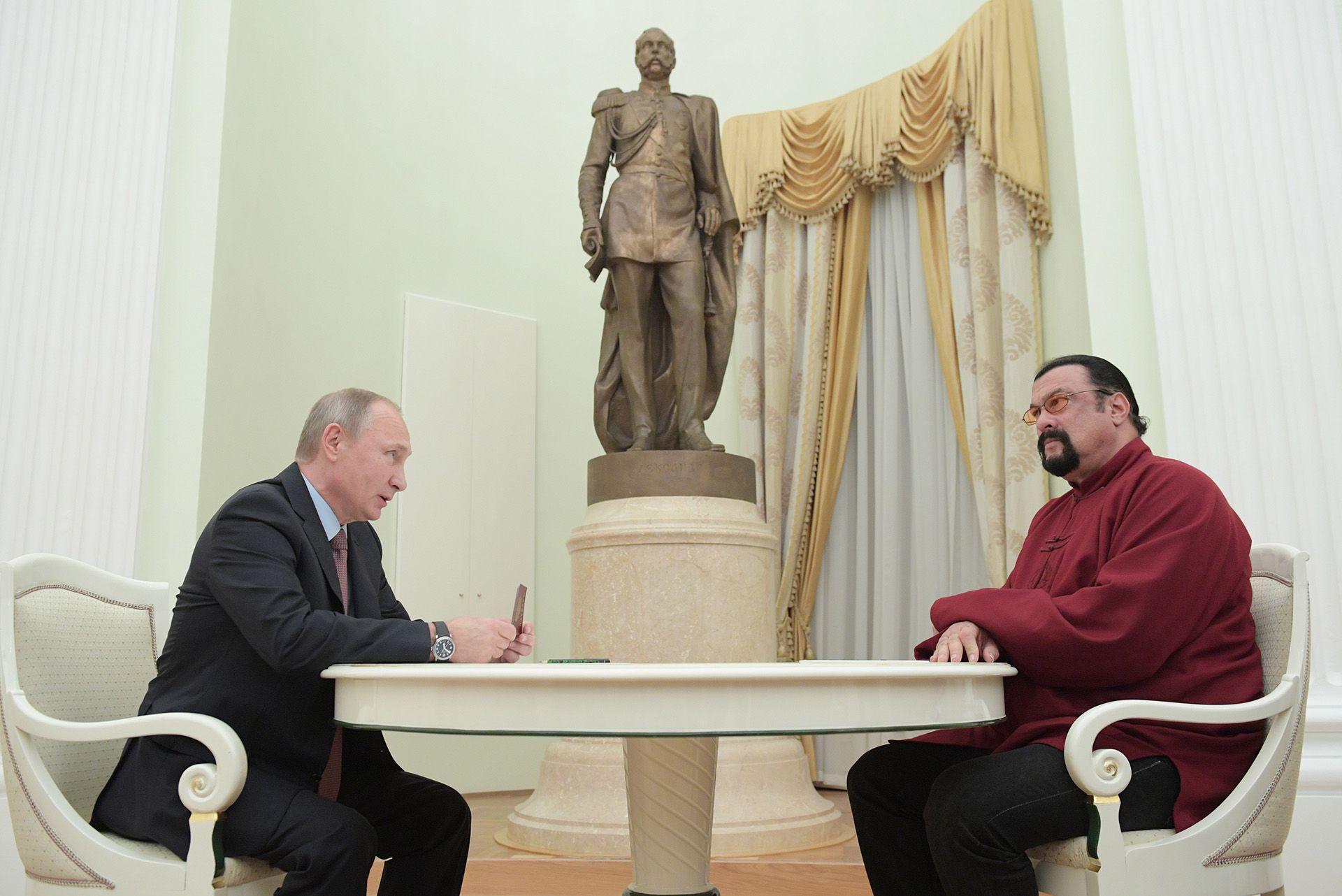 Putyin átadja Seagal orosz útlevelét a Kremlben (fotó: Alexei DruzhininTASS via Getty Images)