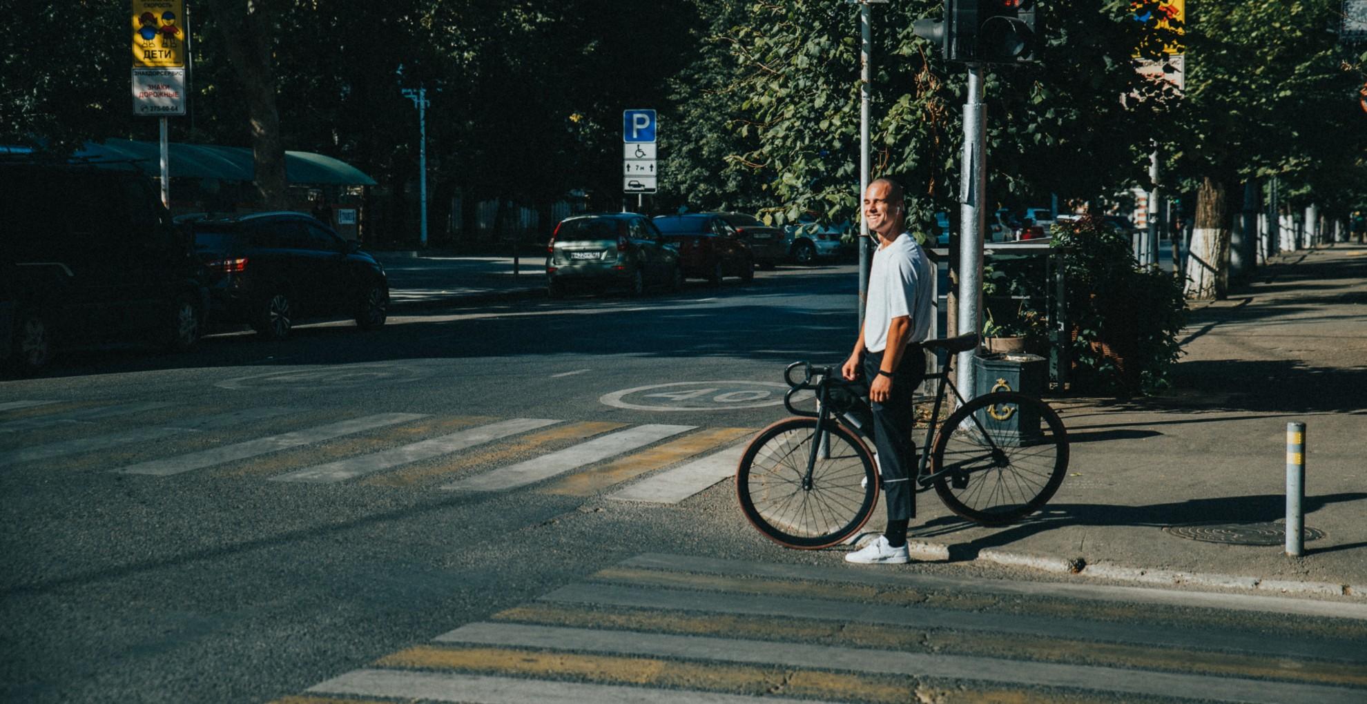 Megverték a biciklistát, mert az úton tekert