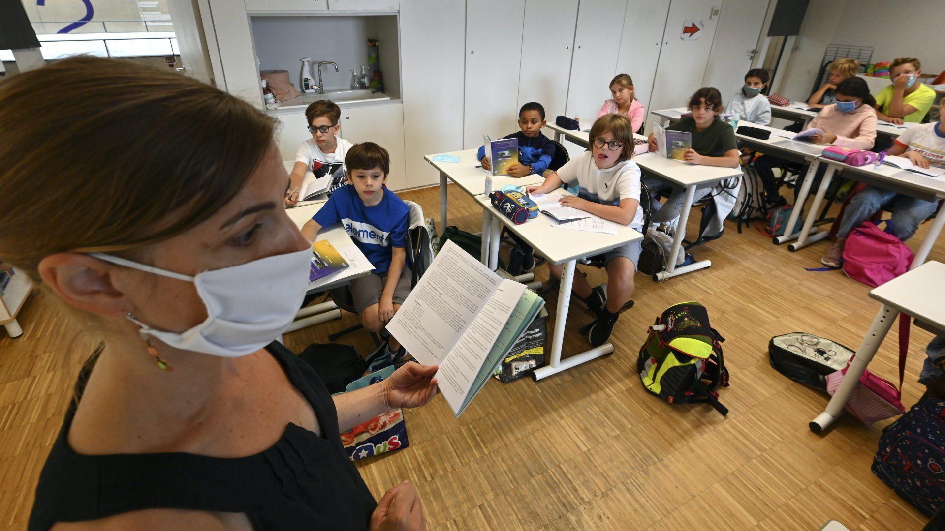 Szájmaszkban oktató tanár egy francia iskolában