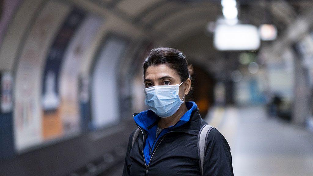 Szájmaszkos nő a metróban