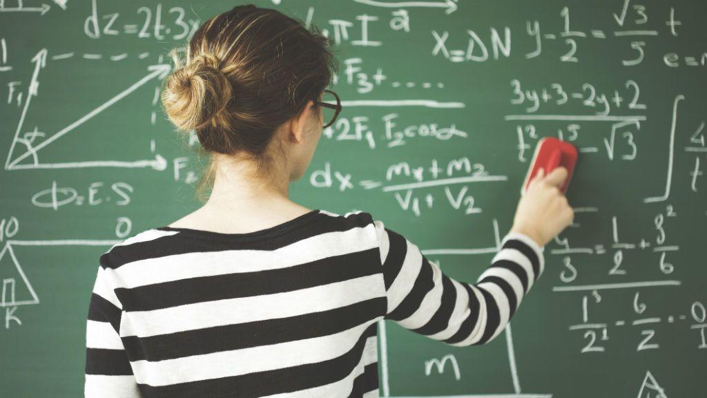 Tanár a táblánál