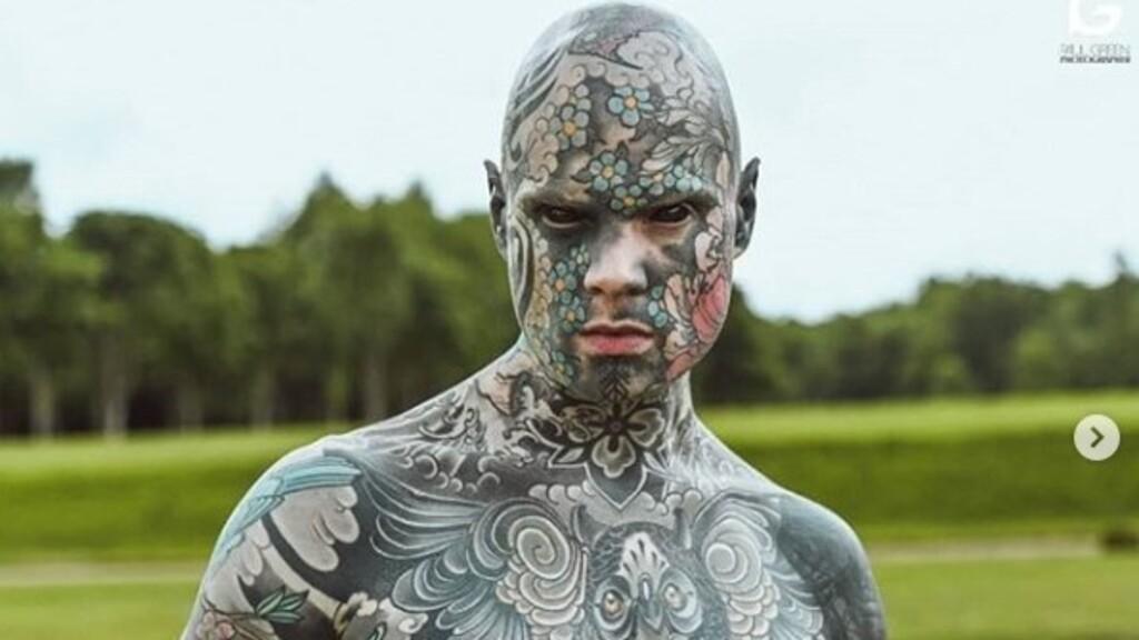 Veszélyben az állása a tanárnak, akinek teljes testét tetoválások borítják