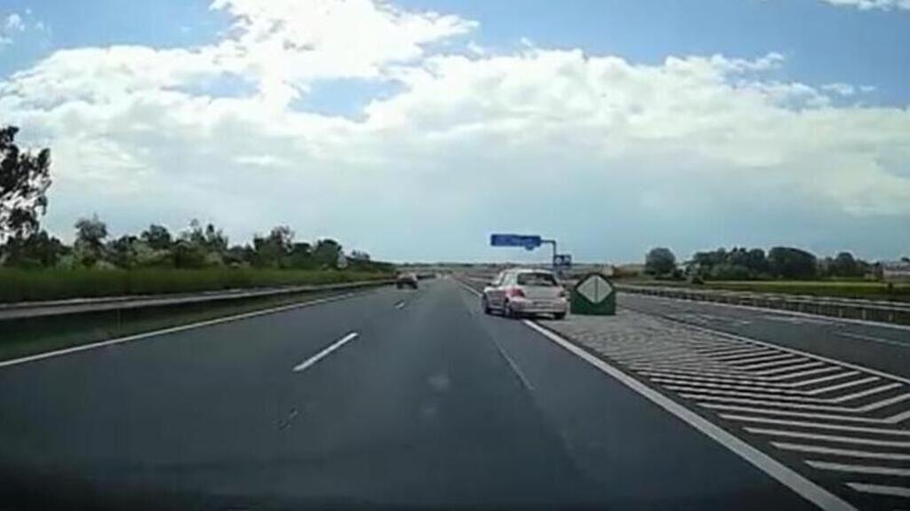 Életveszélyes tolatás az M7-es autópályán (Fotó: RTL Klub)