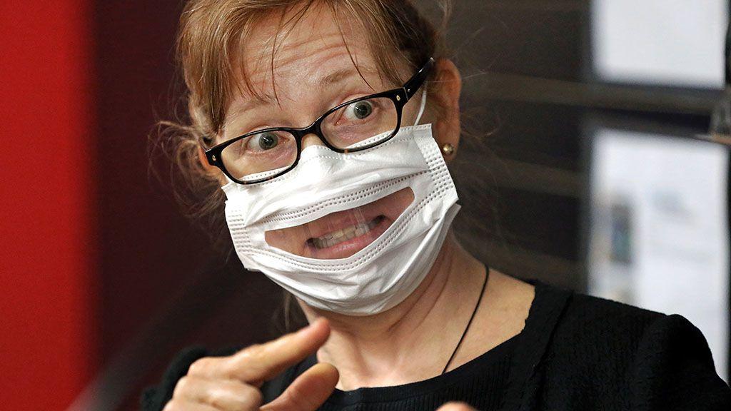 Átlátszó maszkban taníthatnak az olasz tanárok
