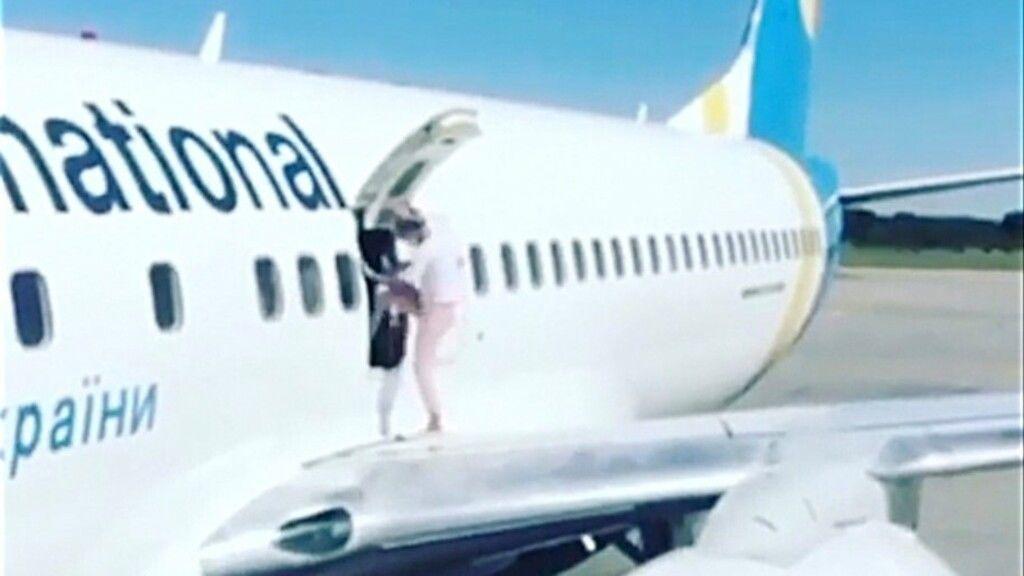 Az ukrán nőnek túl melege volt a gépben