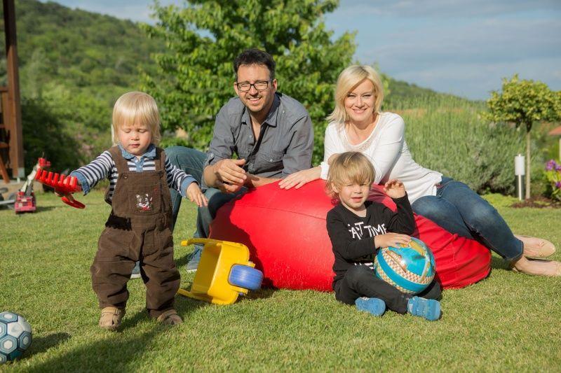 Völgyesi Gabi Kovacsis Ádám a fiaikkal 2015-ben