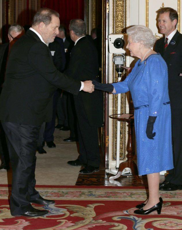 II. Erzsébet királynő találkozik Harvey Weinsteinnel a Buckingham palotában 2014. február 17-én (Fotó: YUI MOK / POOL / AFP)
