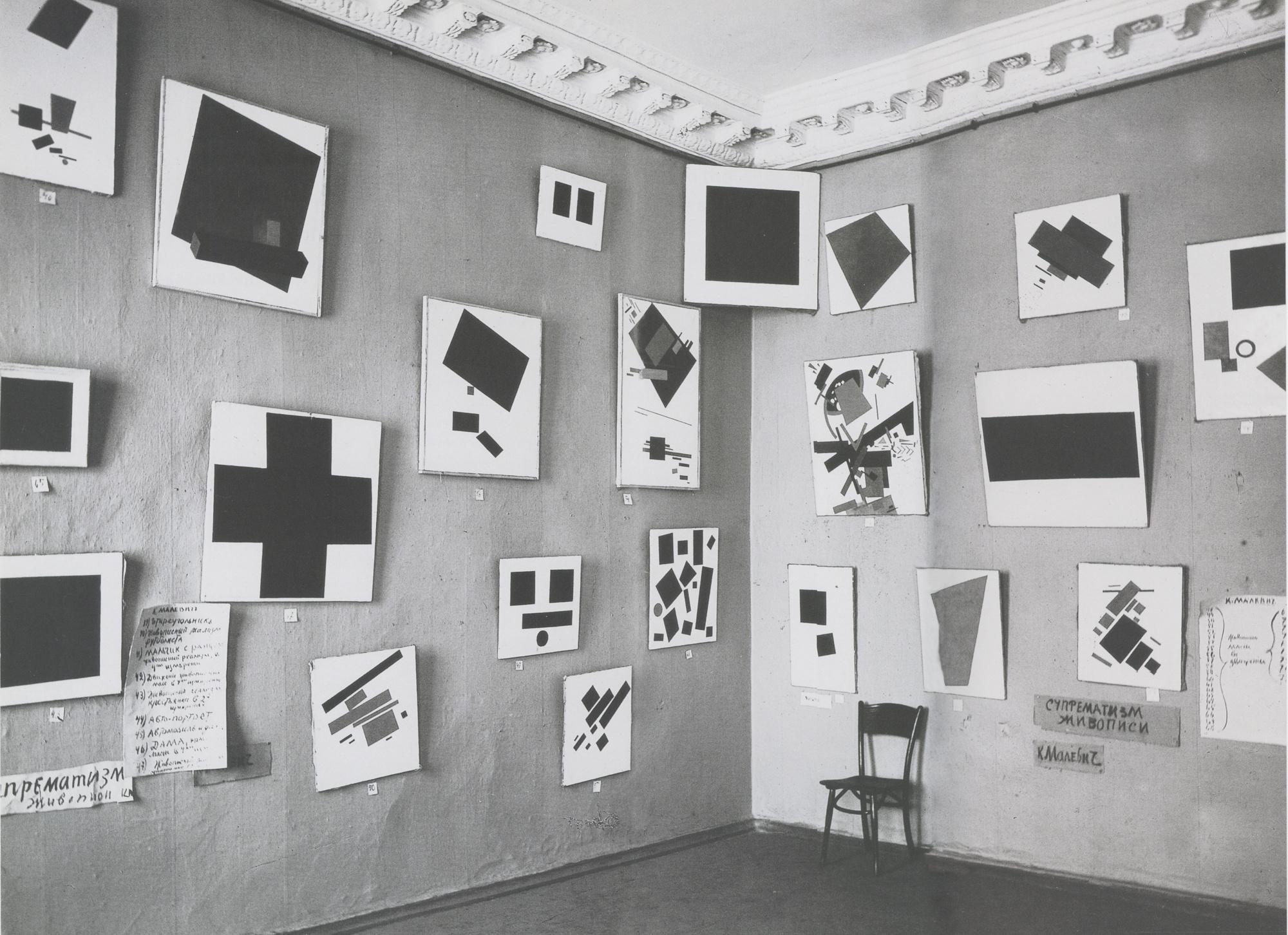 Malevics Fekete négyzete az 1915-ös kiállításon, fent a sarokban, akár egy orosz ikon (fotó: Wikipedia)