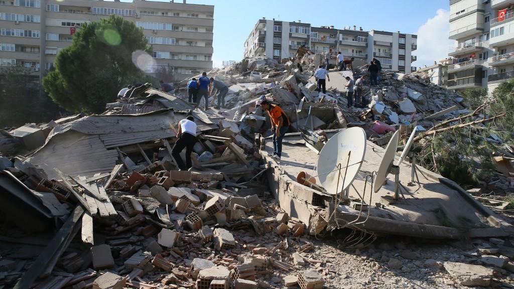 Túlélők után kutatnak Izmirben (fotó: Mehmet Emin Menguarslan / ANADOLU AGENCY / Anadolu Agency via AFP)