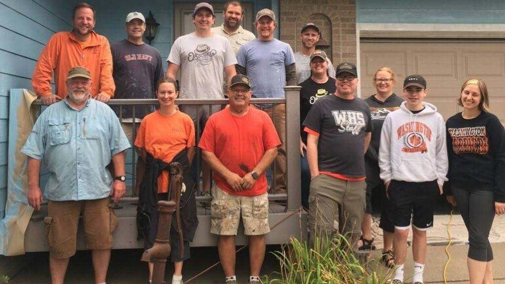 Tim (első sorban, fekete pólóban) kollégái jöttek és segítettek (Fotó: FB)