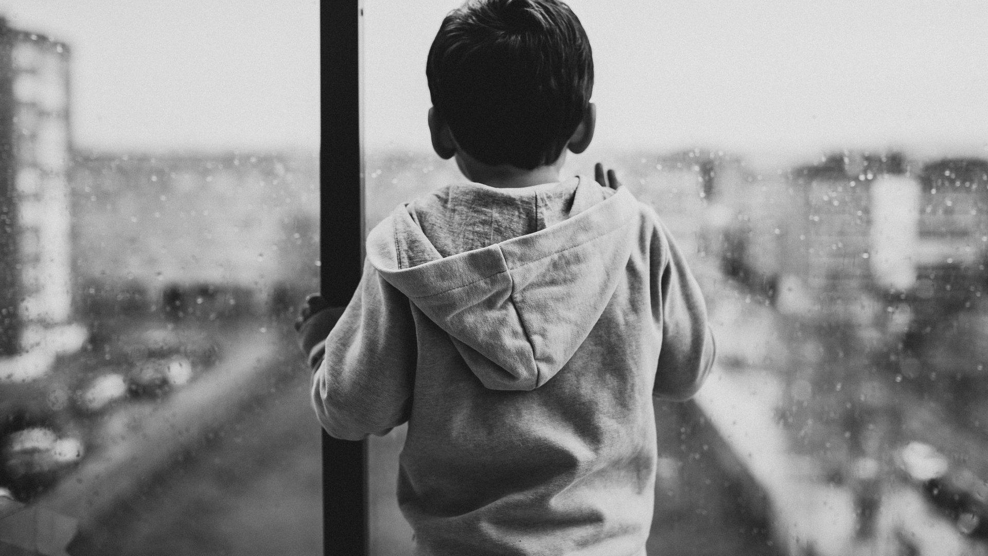 Ablak előtt álló kisfiú