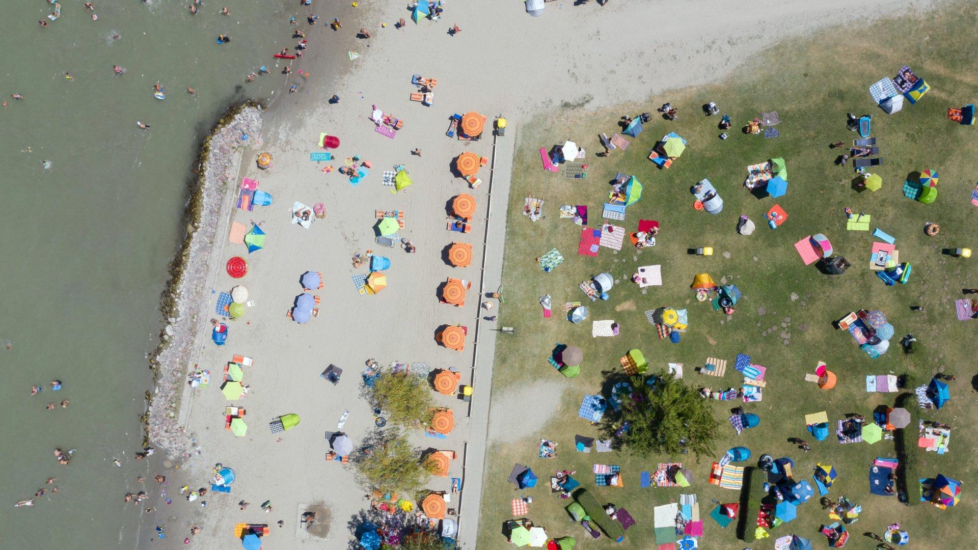 Strandolók a Balatonnál