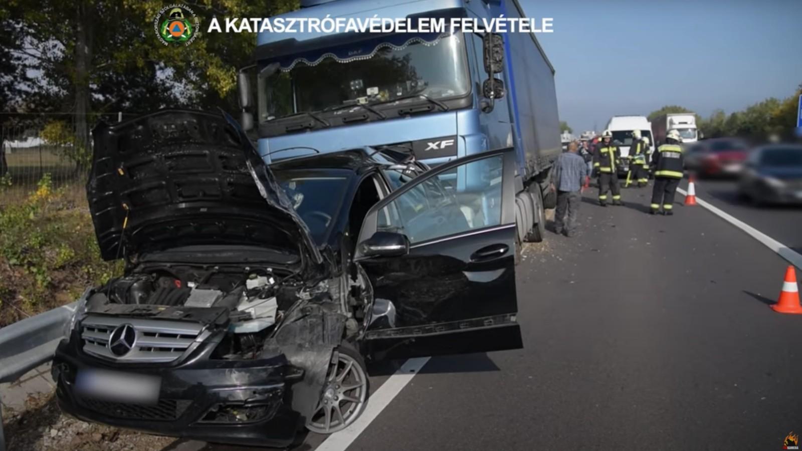 Tömegbaleset az M2-es autóúton: 8 autó és 1 kamion karambolozott