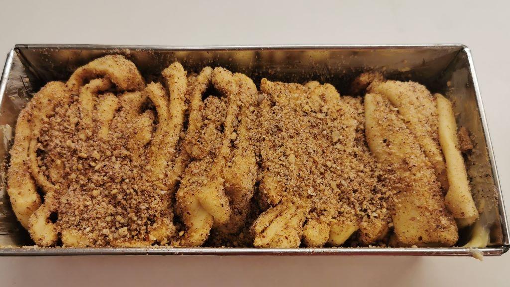 beállítjuk a fátyol kalács tészta szeleteket egy kenyérformába