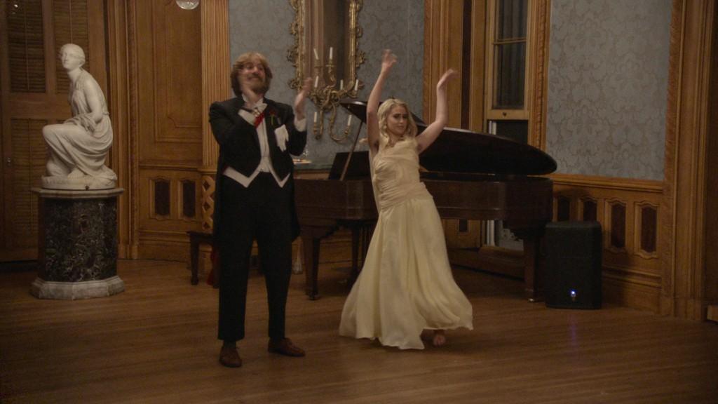 Borat álruhában a lányával táncol (fotó: Amazon Prime Video)
