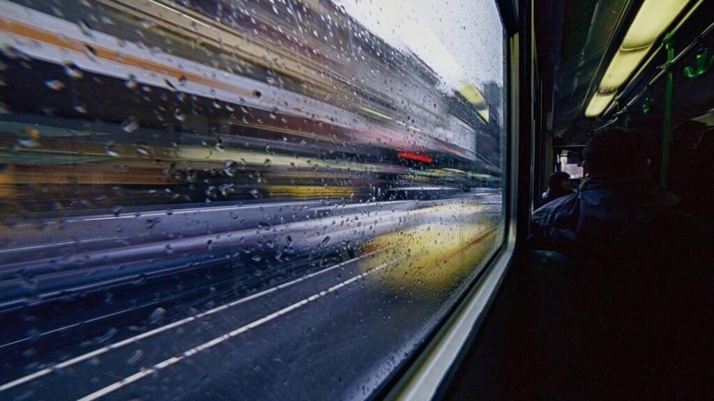 A 105-ös busz tetején utazott egy felelőtlen fiatal
