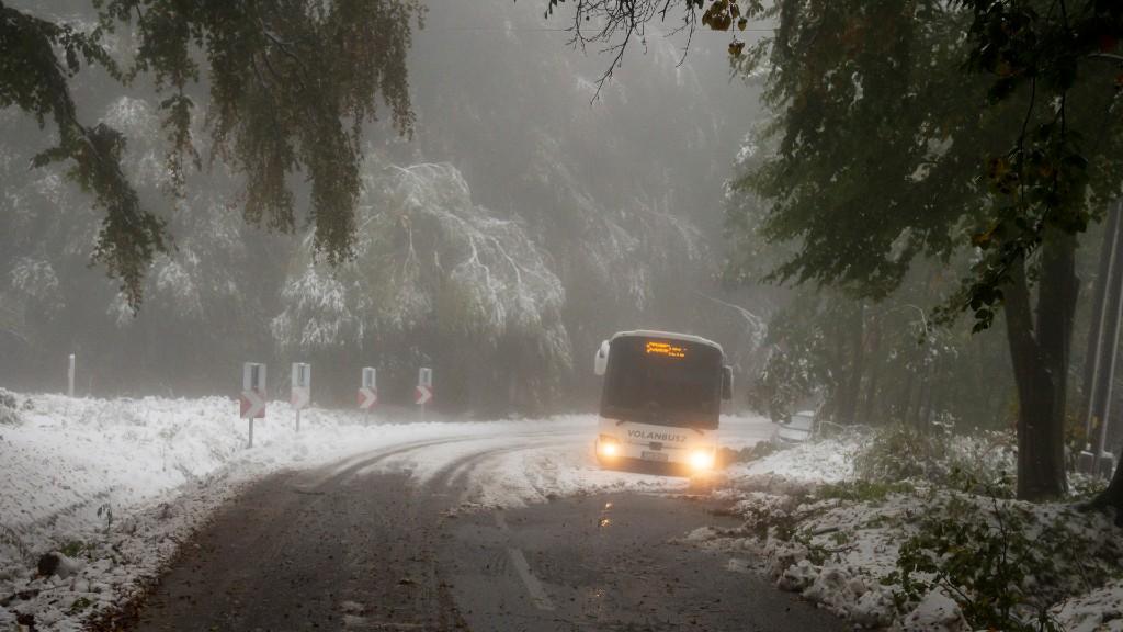Kékestetőn elakadó busz a havazásban (fotó: MTI/Komka Péter)