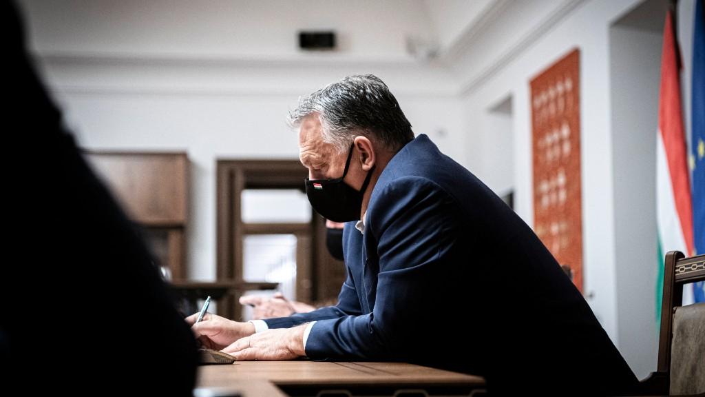 Orbán Viktor videókonferencián egyeztet a V4-es partnerekkel október 29-én. (fotó: MTI/Miniszterelnöki Sajtóiroda/Benko Vivien Cher)