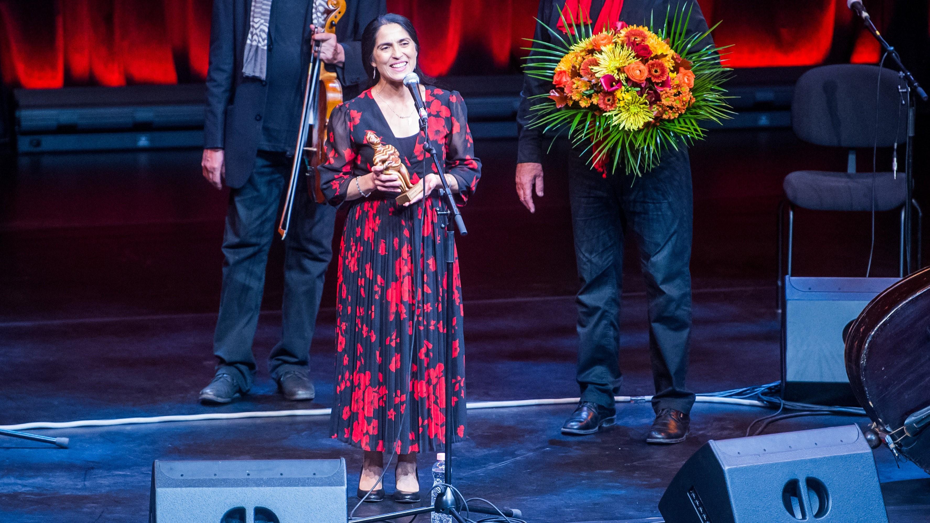 Lakatos Mónika énekesnő beszél, miután átvette az életműdíját, a Womex Artist Awardot, a Womex díjátadóján és gálaestjén Budapesten, a Müpa Bartók Béla Nemzeti Hangversenytermében 2020. október 24-én. (Fotó: MTI/Balogh Zoltán)