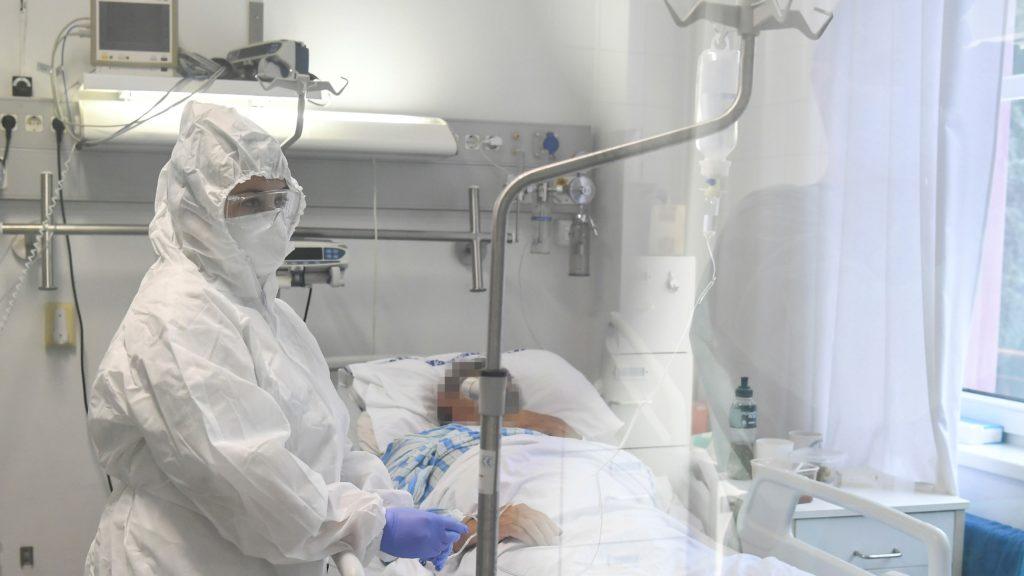 Egészségügyi dolgozó egy a Richter Gedeon Nyrt. gyógyszergyár által kifejlesztett, remdesivir hatóanyagot tartalmazó koronavírus elleni szerrel kezelt beteg mellett a Debreceni Egyetem Kenézy Gyula Egyetemi Kórház Infektológiai Intézetében Debrecenben 2020. október 15-én. A vírusszaporodást gátló infúziós kezelést súlyos állapotú betegek kapják a most kezdõdött klinikai vizsgálatban.MTI/Czeglédi Zsolt