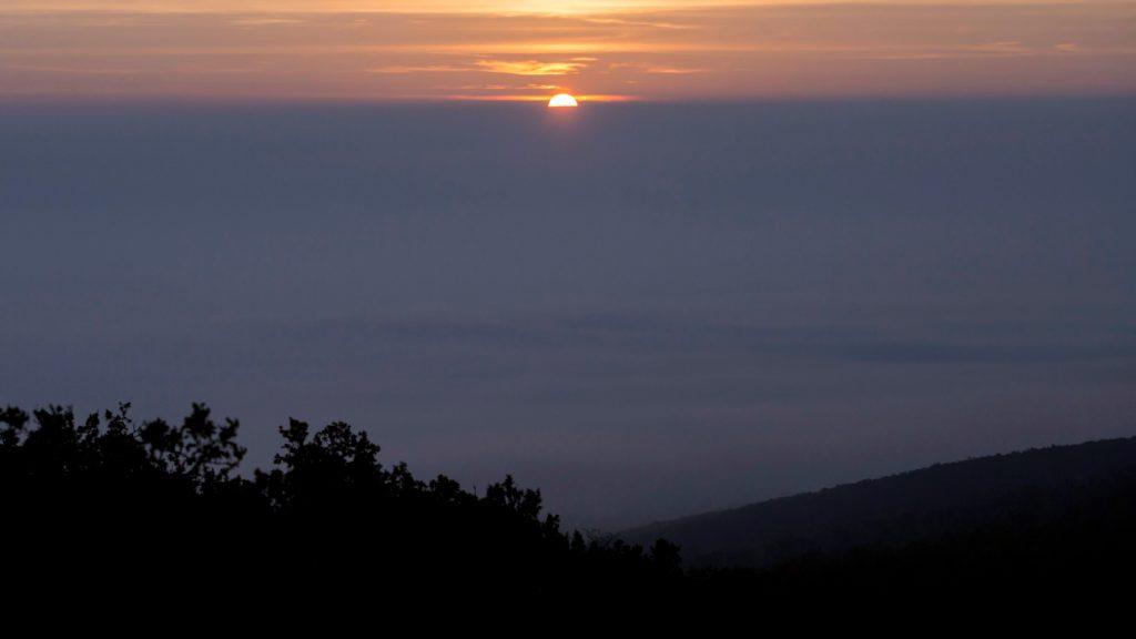 Napfelkelte a ködbe burkolózott Pilis felett. (Fotó: MTI/ Mohai Balázs)