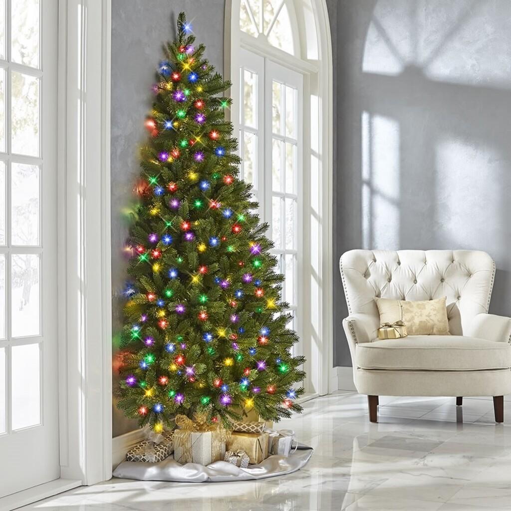 Feldíszítve is kapható a falnak dönthető karácsonyfa (fotó: hammacher.com)