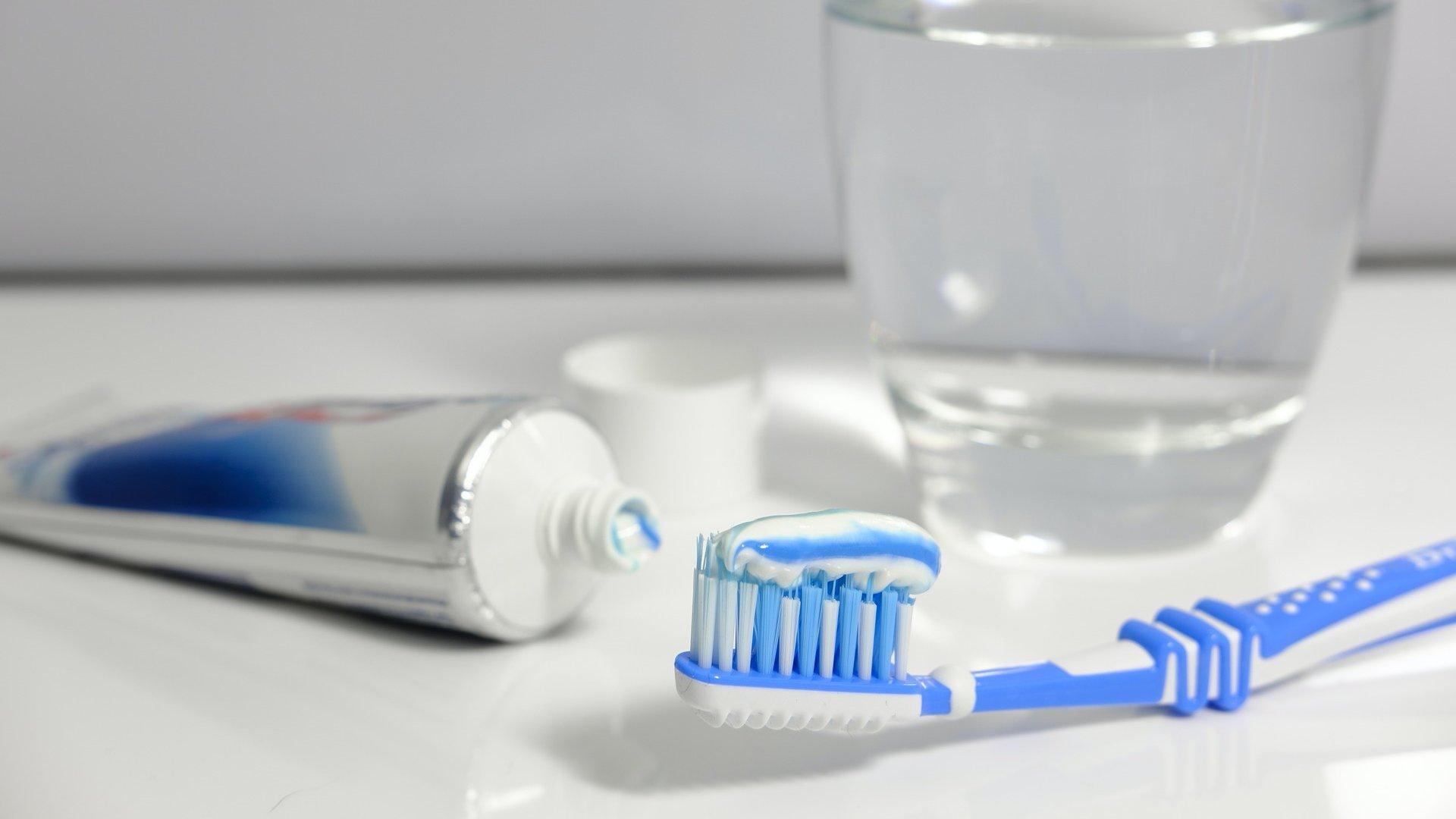 Fogkrém és fogkefe