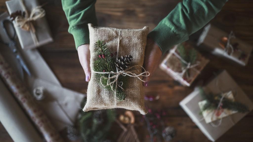 Az újrahasznosított anyagból is készülhet a karácsonyi csomagolásod