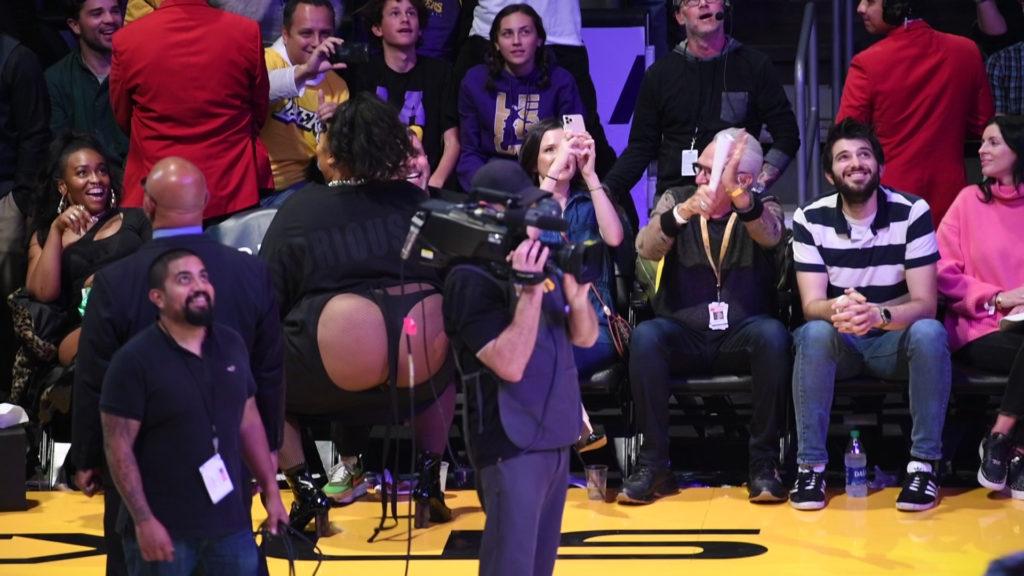 Lizzo az első sorban twerkelt a Los Angeles Lakers és Minnesota Timberwolves meccsén 2019. december 8-án. (Fotó: Allen Berezovsky/Getty Images)