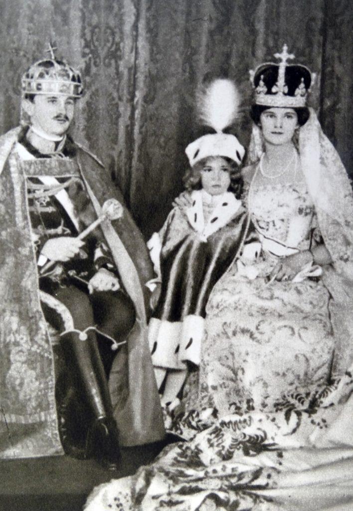 IV. Károly, Zita magyar királyné, és fiuk, Habsburg Ottó a koronázás után (Photo by: Photo12/Universal Images Group via Getty Images)