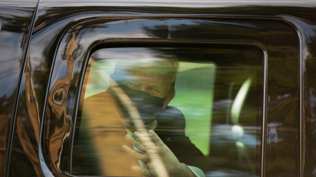 A koronavírusos Donald Trump az autójából integet híveinek (fotó: Graeme Sloan/Bloomberg via Getty Images)