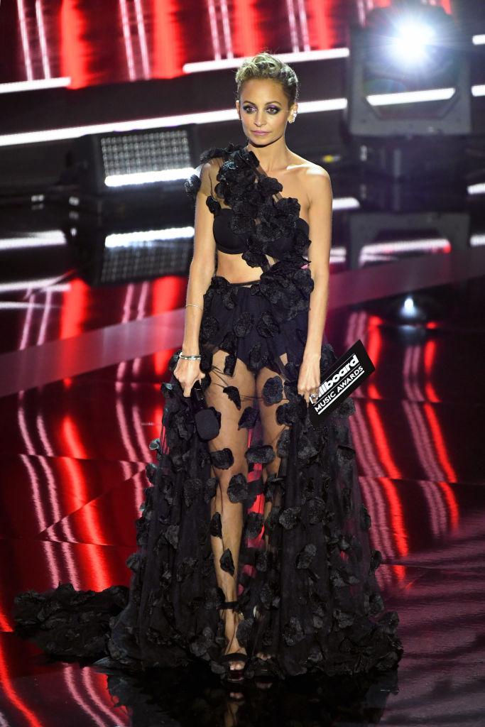 Nicole Richie fekete ruhában