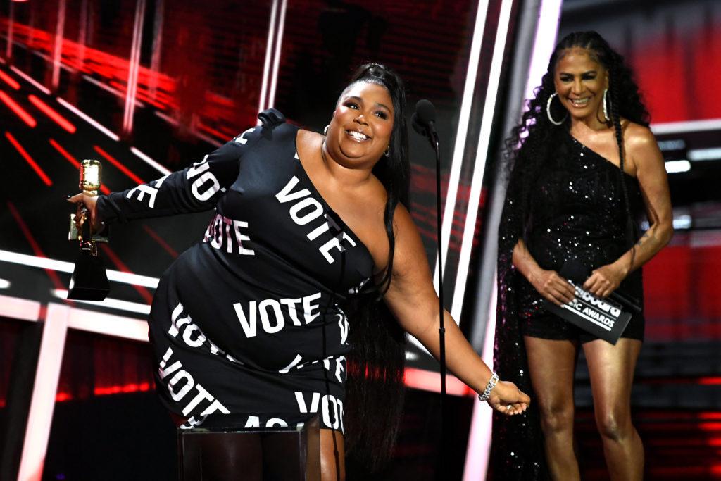 Lizzo a 2020. október 14-én megtartott Billboard-gálán szavazásra buzdított (Photo by Kevin Winter/Getty Images)