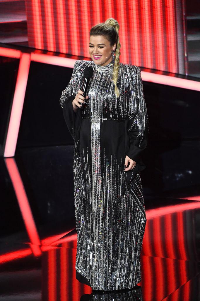 Kelly Clarkson ezüstben