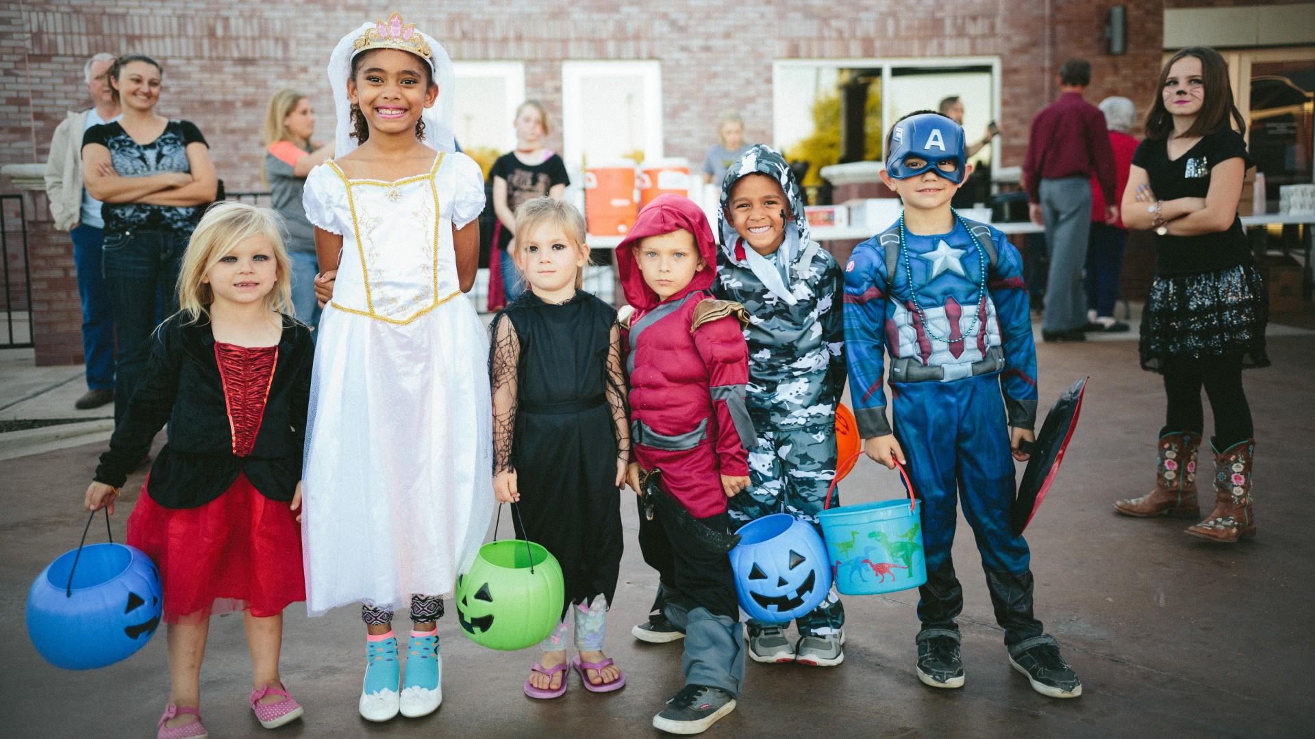 Jelmezbe öltözött gyerekek halloweenkor
