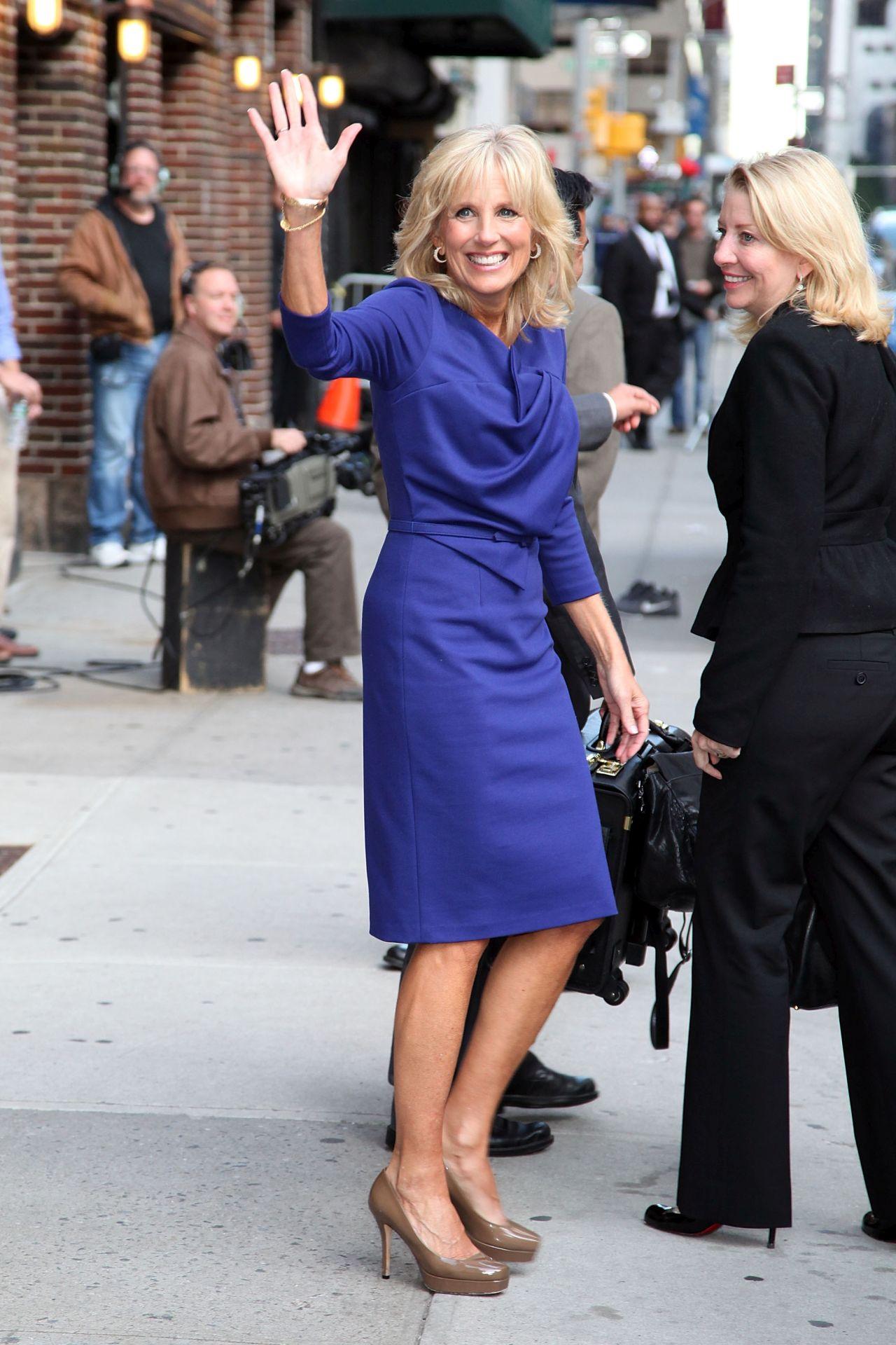 Dr. Jill Biden a David Letterman Show-ban viselte 2011-ben ezt a remek szabású, sötétkék ruhát.